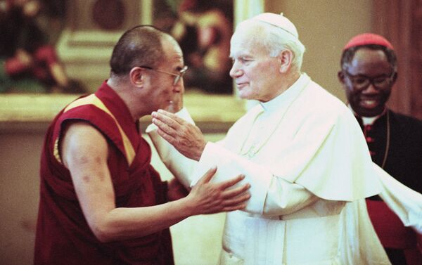 Papa Giovanni Paolo II e Dalai Lama durante l'incontro, Vaticano, 1990 - Sputnik Italia