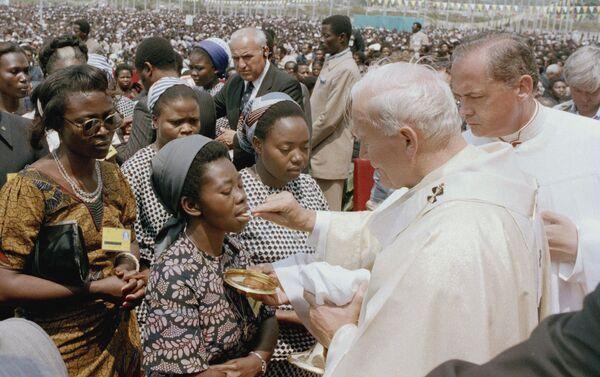 Papa Giovanni Paolo II durante comunione in Zaire, 1985  - Sputnik Italia