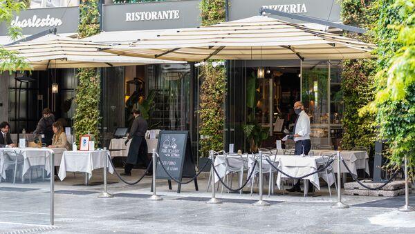 Clienti in un bar a Milano - Sputnik Italia