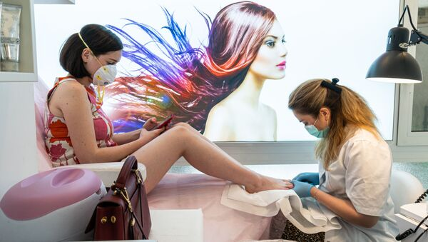 Una ragazza si fa fare pedicure a Milano - Sputnik Italia