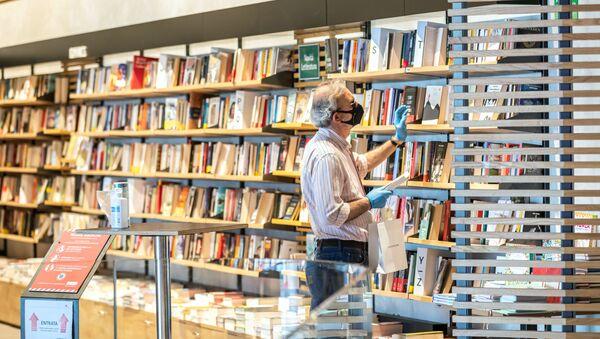 Un uomo in libreria a Milano - Sputnik Italia