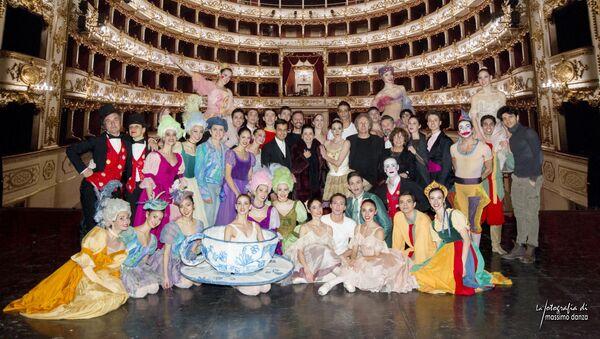 Gruppo con Anbeta e Macario al Teatro Valli Reggio Emilia - Sputnik Italia