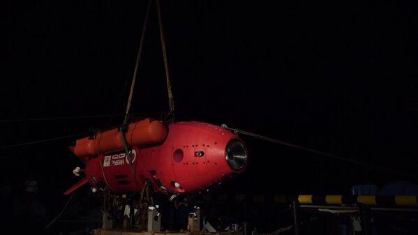 L'equipaggio del rimorchiatore di salvataggio della flotta del Pacifico Foty Krylov durante la preparazione dell'apparecchio subacqueo inabitabile autonomo Vityaz-D per l'immersione sul fondo della fossa delle Marianne. - Sputnik Italia