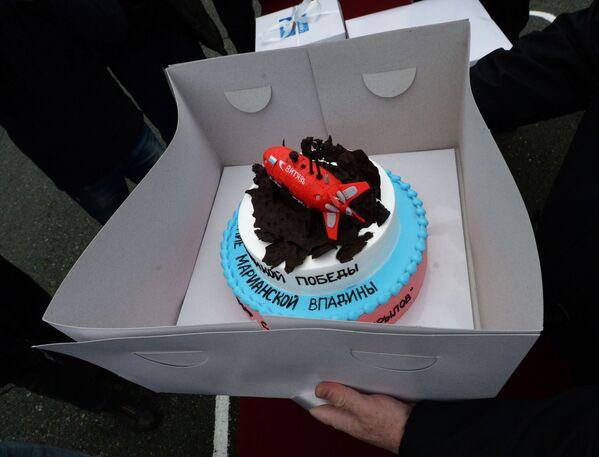 La torta per l'equipaggio del rimorchiatore di salvataggio della flotta del Pacifico Foty Krylov durante la cerimonia solenne per il ritorno dalla spedizione nel porto di Vladivostok, Russia. - Sputnik Italia