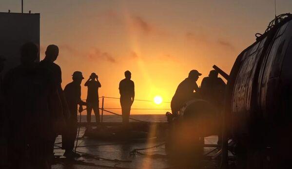 L'equipaggio del rimorchiatore di salvataggio della flotta del Pacifico Foty Krylov visto dopo il ritorno dell'apparecchio subacqueo autonomo Vityaz-D dal fondo della fossa delle Marianne. - Sputnik Italia