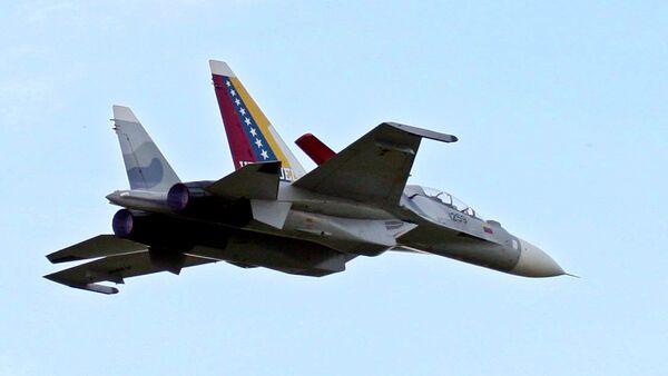 I due aerei da caccia Sukhoi del Venezuela volano durante la celebrazione dell'anniversario dell'Aeronautica militare venezuelana a Maracay, Venezuela, domenica 10 dicembre 2006. - Sputnik Italia