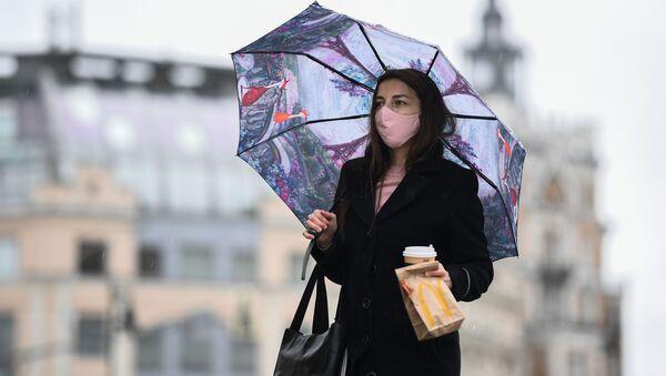 Coronavirus in Russia - Девушка в маске на улице Москвы - Sputnik Italia
