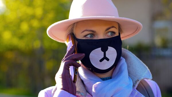 Coronavirus in Russia - Девушка в защитной маске на одной из улиц района Жулебино в Москве - Sputnik Italia