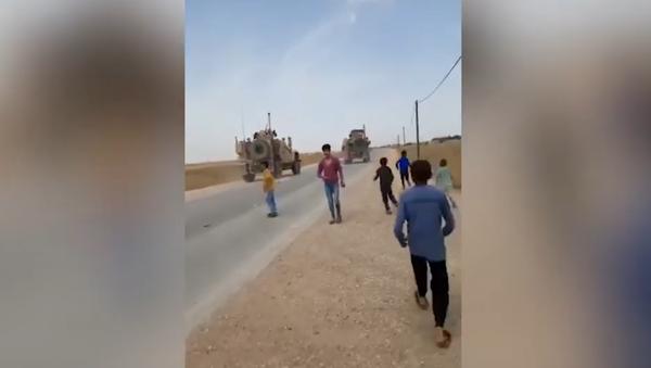 Syrian children running toward US military vehicles in al-Hasakah province, pelting them with rocks. - Sputnik Italia