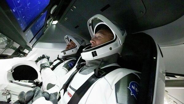 Астронавты Дуглас Херли и Роберт Бенкен в космическом корабле Crew Dragon - Sputnik Italia