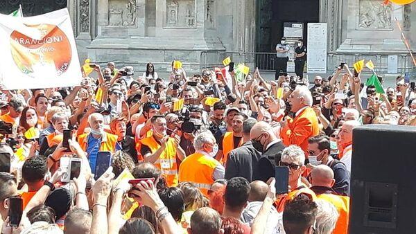 Gilet Arancioni in Piazza Duomo, Milano - Sputnik Italia
