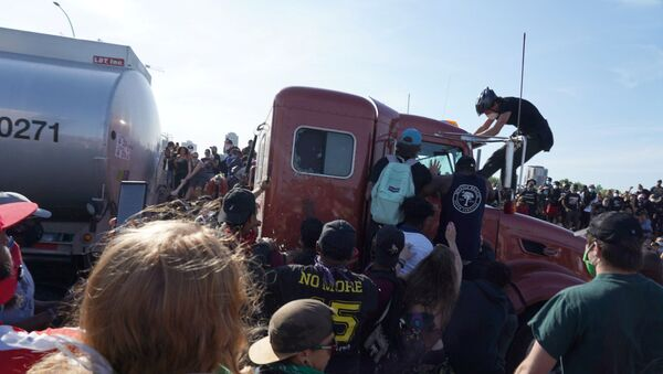 Camion cisterna si lancia sulla folla in Minnesota - Sputnik Italia