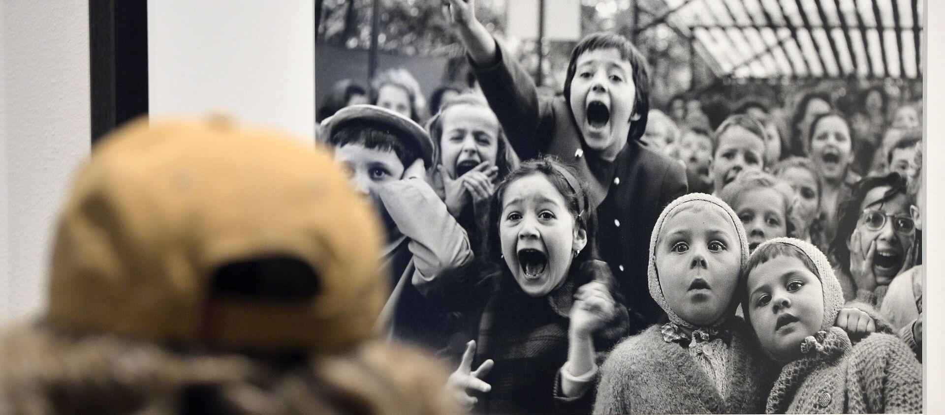 La foto Bambini davanti a un teatrino di burattini, Tuileries. Parigi 1963 di Alfred Eisenstaedt alla mostra Life. I grandi fotografi a Roma. - Sputnik Italia, 1920, 01.06.2020