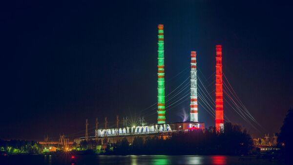 Centrale elettrica Konakovskaya illuminata con il tricolore italiano, vista dal fiume Volga. - Sputnik Italia