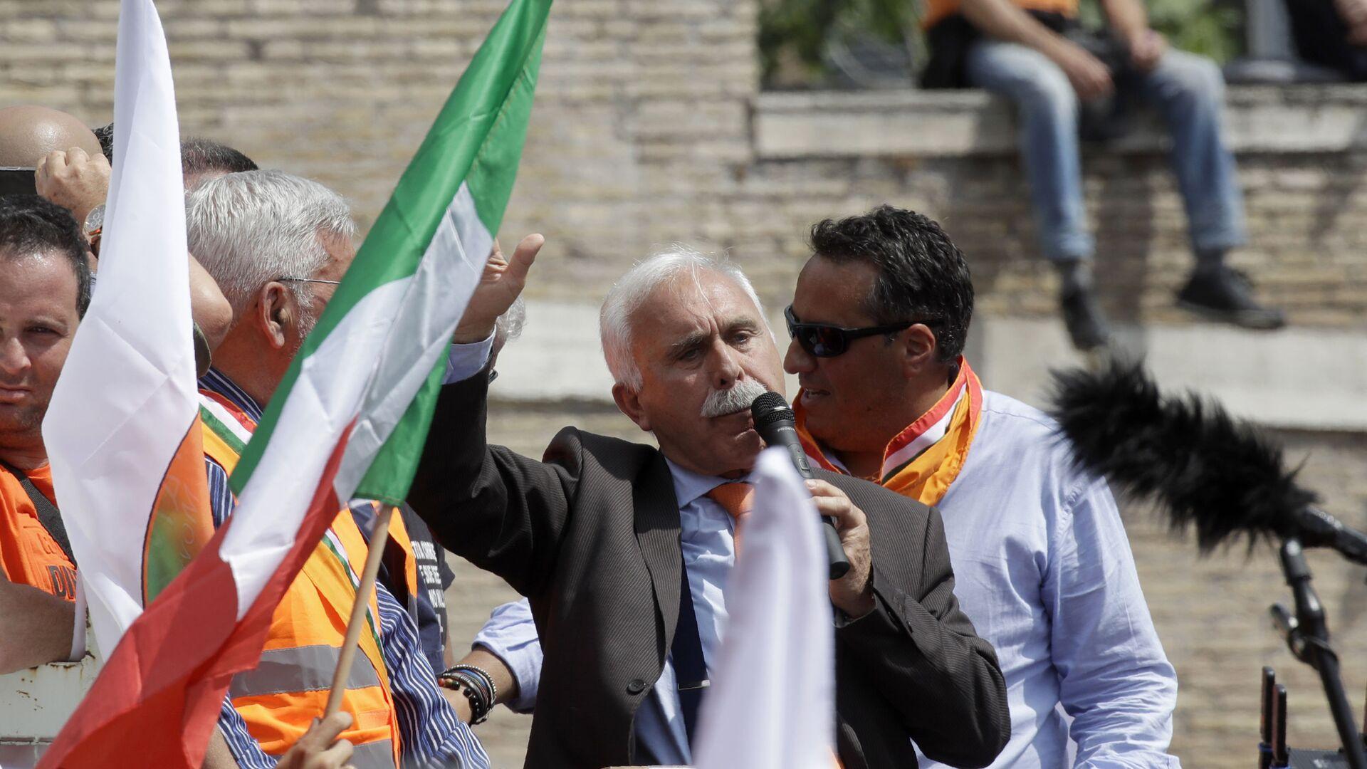Il leader dei gilet arancioni, Antonio Pappalardo alla manifestazione control il governo a Roma, 2 giugno 2020 - Sputnik Italia, 1920, 28.09.2021