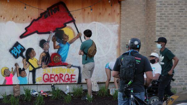 L'omaggio della street art a George Floyd a Los Angeles  - Sputnik Italia