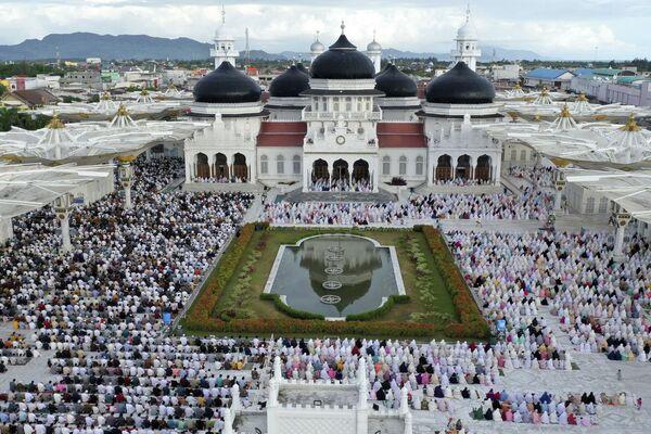 Dei fedeli visti durante la preghiera nella moschea Baiturrahman, Indonesia. - Sputnik Italia
