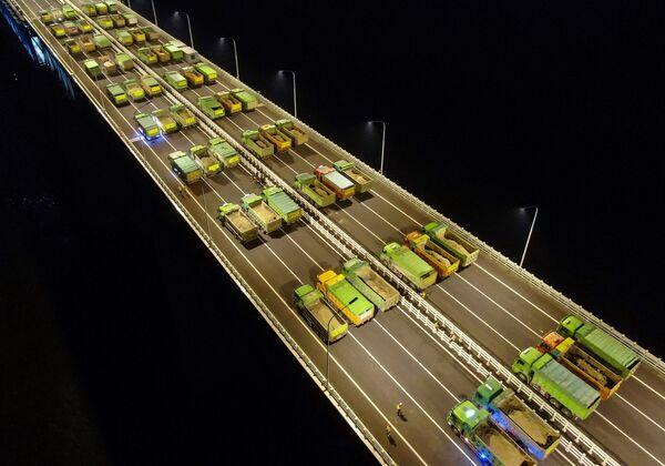 Dei camion visti sul ponte Hutong attraverso il fiume Yangtze, Cina, durante la prova di carico. - Sputnik Italia