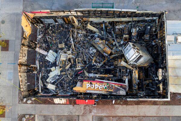 Un edificio bruciato durante le manifestazioni avvenute dopo la morte di George Floyd a Minneapolis, USA. - Sputnik Italia