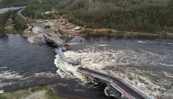 Crollato il ponte ferroviario attraverso il fiume Kola nella regioni di Murmansk, Russia. - Sputnik Italia