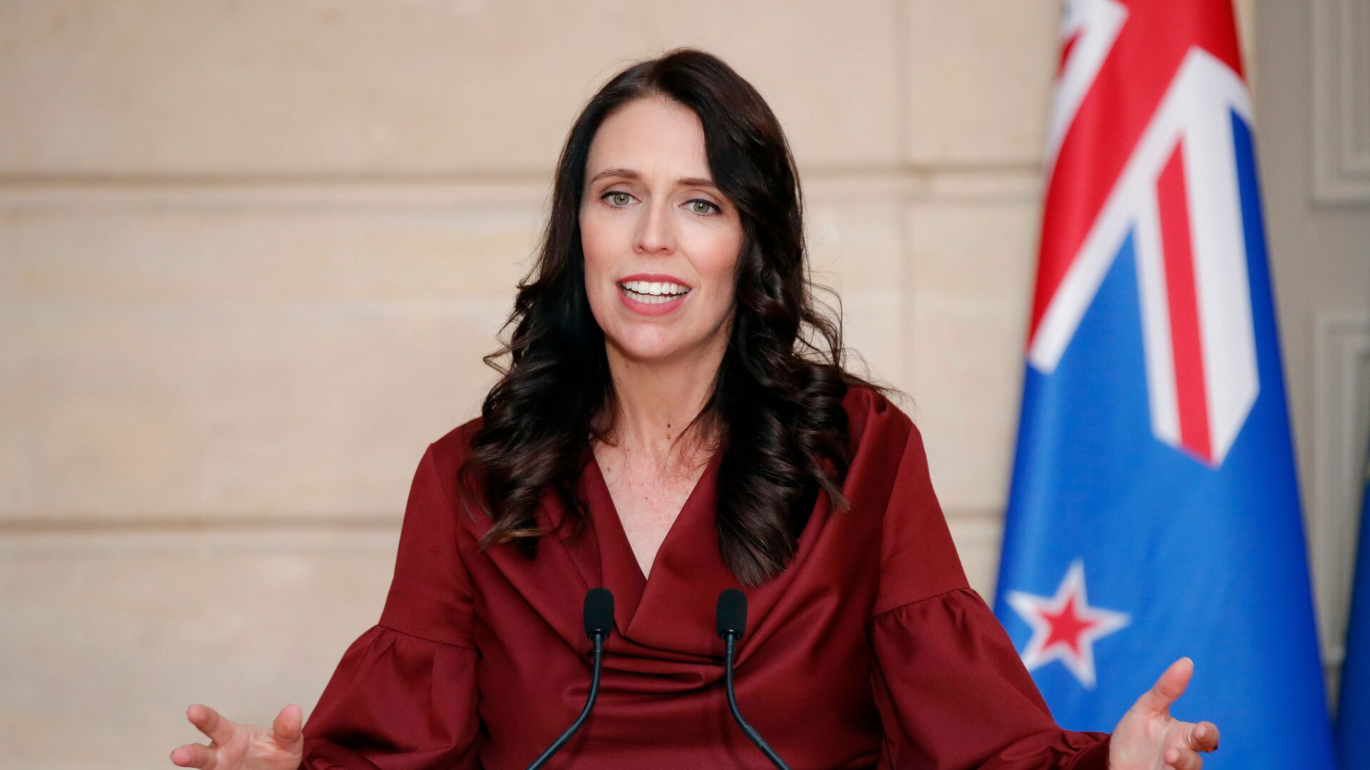 New Zealand Prime Minister Jacinda Ardern gestures as she speaks during a media conference with French President Emmanuel Macron, at the at the Elysee Palace in Paris, Monday, April 16, 2018 - Sputnik Italia, 1920, 09.02.2021