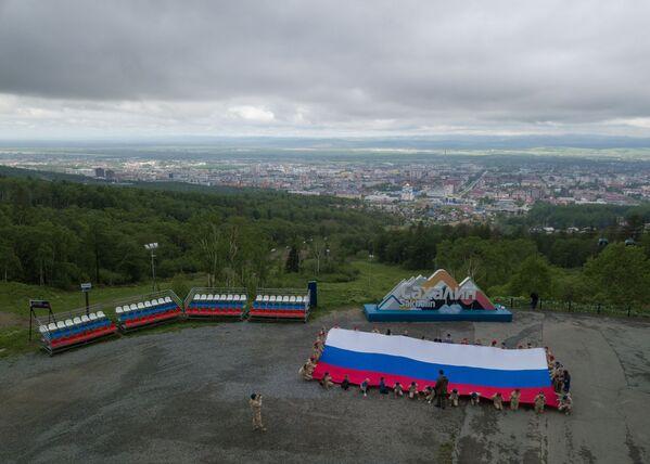 I partecipanti al flash mob Bandiera della Russia sul Monte Bolscevico a Yuzhno-Sakhalinsk, Russia - Sputnik Italia