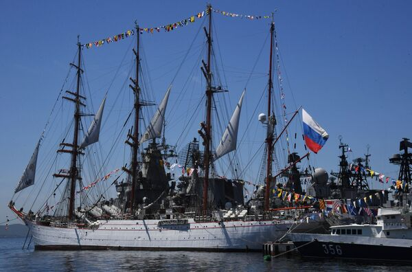 Bandiera russa sulla chiatta Sedov durante le celebrazioni del Giorno della Russia a Vladivostok - Sputnik Italia