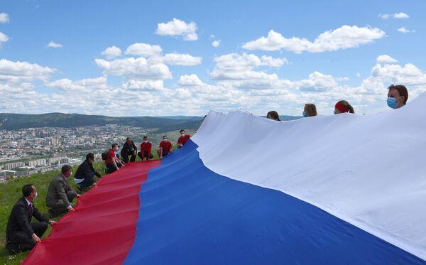 La bandiera russa esposta sulla collina Titovskaya a Chita, Russia - Sputnik Italia