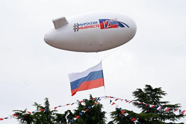 Dirigibile decorato con una ghirlanda di colore della bandiera russa, durante le celebrazioni del Giorno della Russia a Sochi - Sputnik Italia