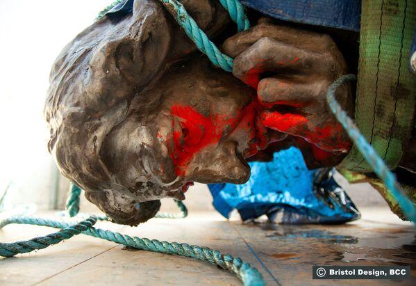 La statua di Edward Colston per terra a Bristol, in Gran Bretagna, l'11 giugno 2020 - Sputnik Italia