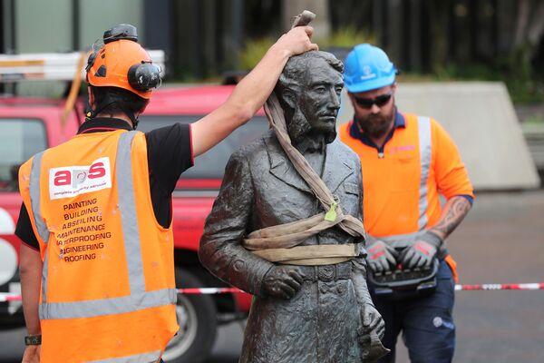 I lavoratori rimuovono una controversa statua del capitano John Fane Charles Hamilton da Civic Square a Hamilton, il 12 giugno 2020 - Sputnik Italia