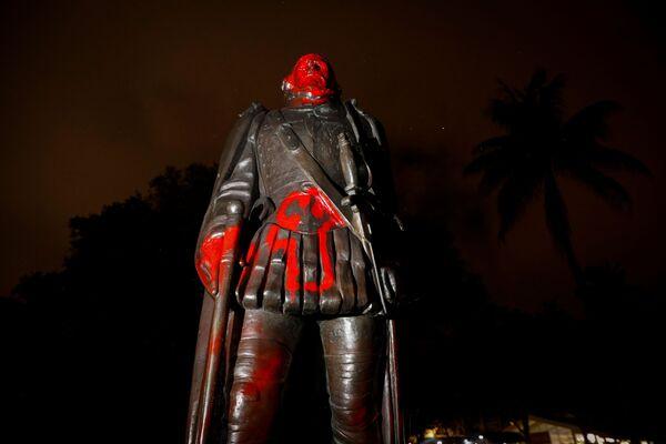 Una statua vandalizzata di Cristoforo Colombo dopo una protesta contro la disuguaglianza razziale a seguito della morte di George Floyd a Minneapolis, Miami, Florida, Stati Uniti, il 10 giugno 2020 - Sputnik Italia
