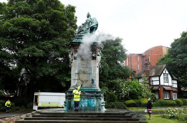 La statua della regina Vittoria viene ripulita dopo essere stata vandalizzata a Woodhouse Moor, Leeds, Gran Bretagna, il 10 giugno 2020 - Sputnik Italia