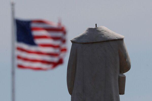 La testa della statua di Cristoforo Colombo è stata decapitata durante la notte tra le proteste contro la disuguaglianza razziale a seguito della morte di George Floyd, a Boston, Massachusetts, USA, il 10 giugno 2020 - Sputnik Italia