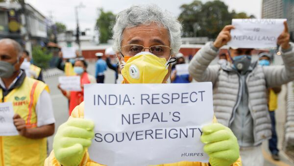 Attivisti  'Human Rights and Peace Society Nepal' protesta contro le presunte violazioni dei confini da pare dell'India nella parte occidentale del Nepal, nei pressi dell'ambasciata indiana a Katmandu, Maggio 2020.  - Sputnik Italia