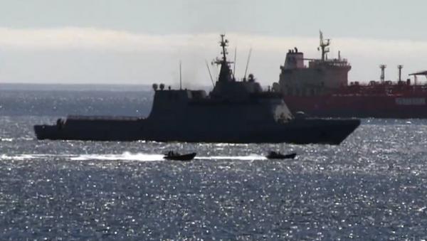 Uno screenshot dei motoscafi della Royal Navy che scortano la nave da guerra spagnola Rayo P-42 dopo essere entrata nelle acque territoriali di Gibilterra durante un addestramento della Royal Navy, 18.06.2020. - Sputnik Italia