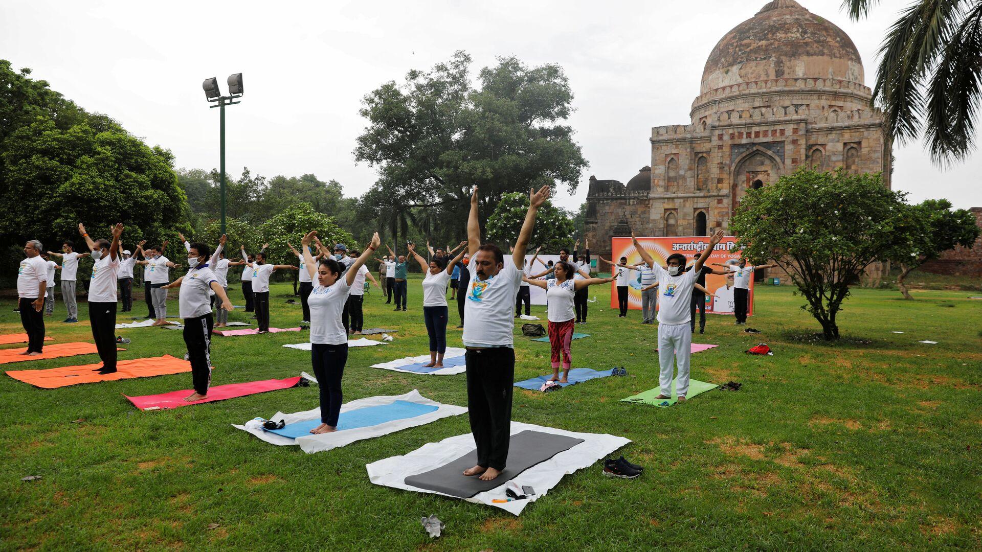 Люди во время занятия в Международный день йоги, Нью-Дели - Sputnik Italia, 1920, 22.05.2021
