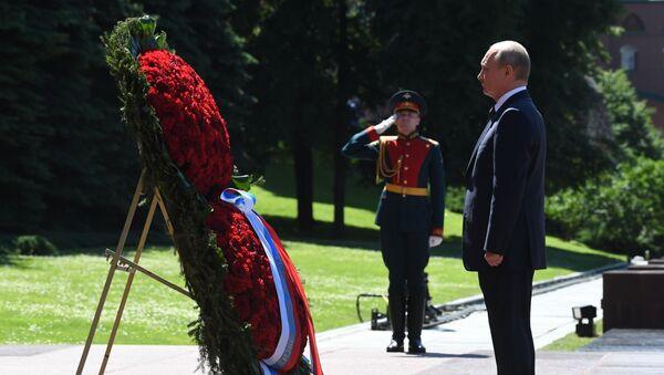 Il presidente russo Vladimir Putin ha partecipato alla cerimonia di deposizione di una corona di fiori sulla tomba del milite ignoto - Sputnik Italia