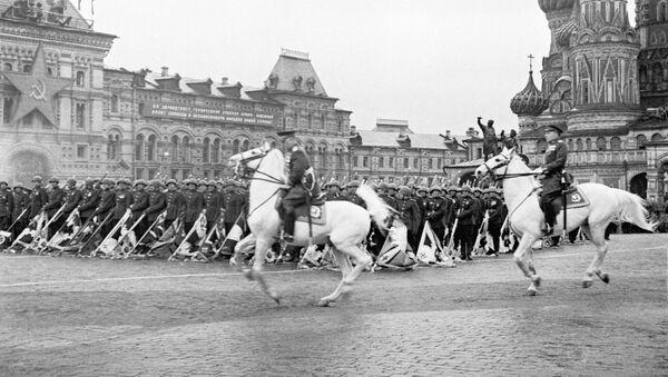Парад на Красной площади в Москве в ознаменование победы СССР над Германией в Великой Отечественной войне 24 июня 1945 года - Sputnik Italia