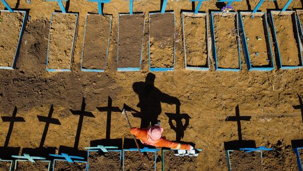 Becchino nel cimitero di Nossa Senhora Aparecida, in cui si seppelliscono le vittime del COVID-19, nei pressi della città di Taruma a Manaus, Brasile - Sputnik Italia