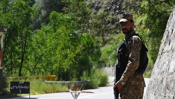 Un militare pakistano lungo la Linea di Controllo (LoC) - tra India e Pakistan, Agosto 2019 - Sputnik Italia