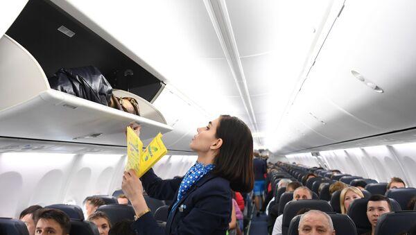 Una hostess chiude il portellone dei bagagli a mano - Sputnik Italia