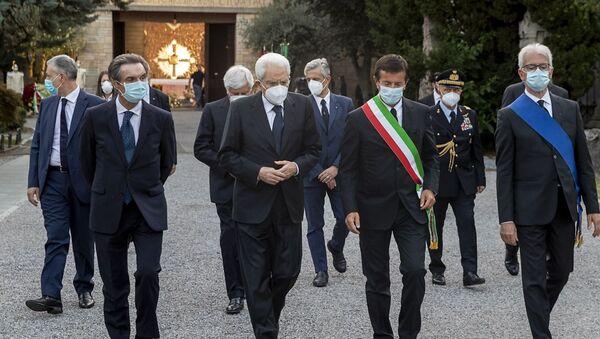 Il Presidente della Repubblica Sergio Mattarella con Attilio Fontana e le autorità locali, in occasione della cerimonia di commemorazione dedicata alle vittime bargamasche del covid-19 - Sputnik Italia