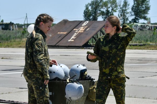 Non è lavoro adatto per una signora? Le donne cadetto dell'Accademia aeronautica di Krasnodar invece conquistano i cieli con fascino - Sputnik Italia