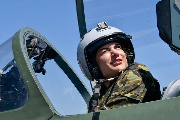 Voli di addestramento di donne cadetto dell'Accademia aeronautica di Krasnodar, Russia - Sputnik Italia