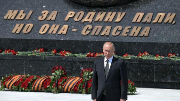 Il presidente russo Vladimir Putin alla cerimonia di inaugurazione di un monumento al soldato sovietico nella regione di Tver. - Sputnik Italia