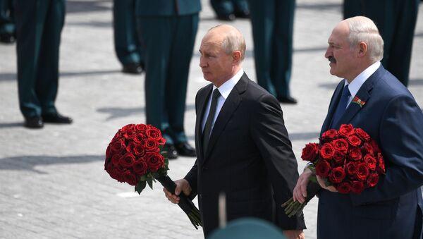 Il presidente russo Vladimir Putin e il presidente bielorusso alla cerimonia di inaugurazione di un monumento al soldato sovietico nella regione di Tver - Sputnik Italia