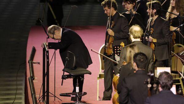 Итальянский композитор Эннио Морриконе после концерта для бездомных в Ватикане  - Sputnik Italia