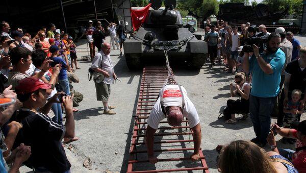 Il maciste russo sposta un T-34. - Sputnik Italia