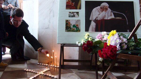 Fedeli ad una messa in memoria di papa Giovanni Paolo II - Sputnik Italia